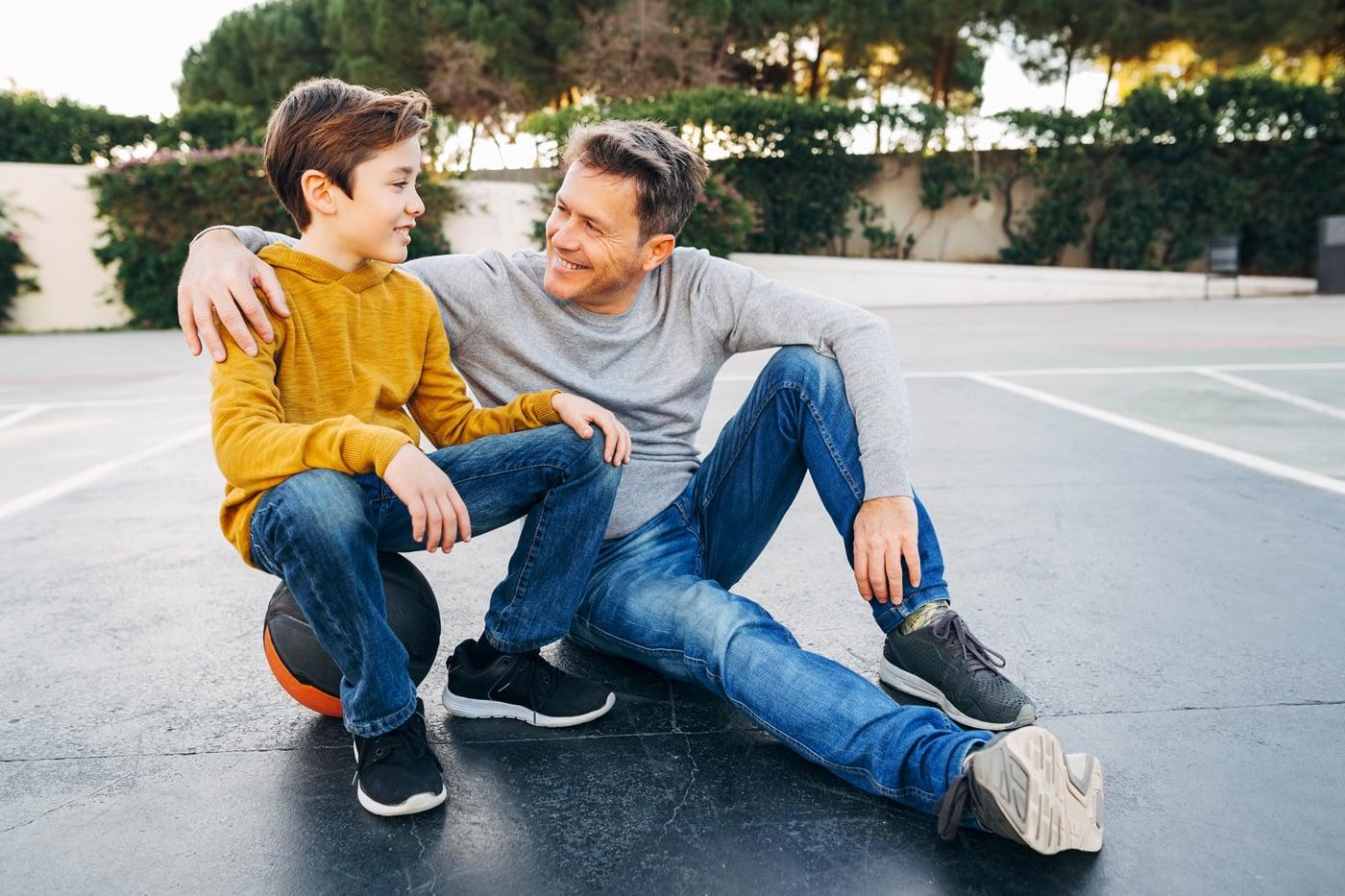 Frontschuss eines Vaters und seines Sohnes auf dem Basketballplatz